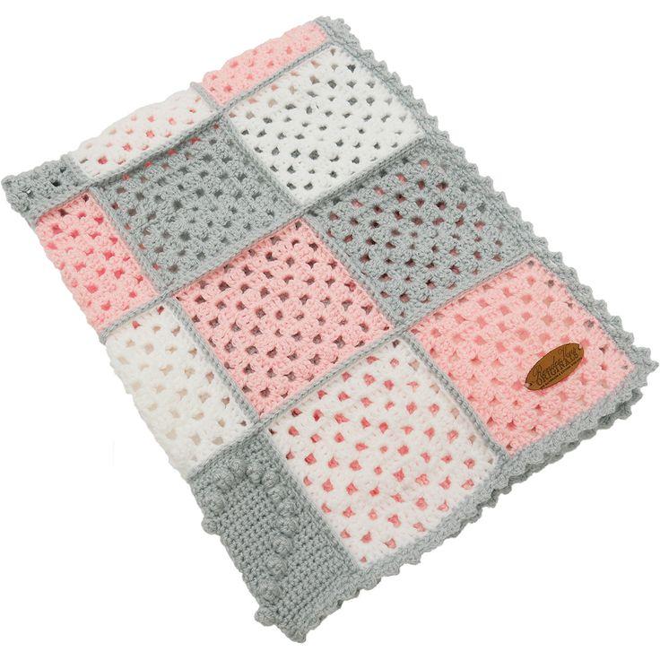 """Een superschattig dekentje van tientallen gehaakte granny squares en hartjes in een snoezige bobble stitch in de kleuren, wit, zachtgrijs en roze. Het dekentje is gemaakt van 100% acryl en voelt heerlijk zacht & warm aan. Het babydekentje is voorzien van ons echtlederen """"RendezVous Originals"""" embleem.  Door het handige meeneemformaat is dit écht een multifunctioneel dekentje voor onderweg, voor in de kinderwagen, wieg, box of maxi-cosi!"""