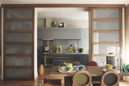 Avec portes coulissantes, une cuisine ouverte ou fermée à vous de choisir !