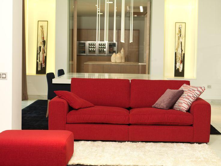 Los sofás rojos son perfectos para demostrar que los tonos fuertes en sofás pueden dar resultados asombrosos.