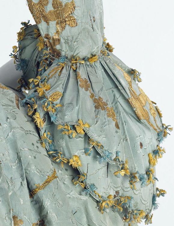 An even closer look at the sleeve detail of a Robe à l'Anglaise, 1770–75, British, silk, metal (c) Metropolitan Museum of Art. See full gown here: http://pinterest.com/pin/278589926919306910/
