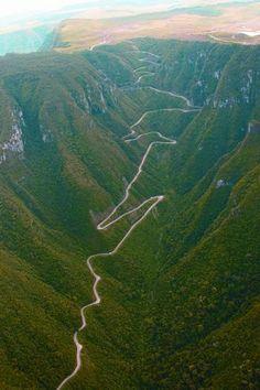 Percorrer a estrada da Serra do Rio do Rastro em Santa Catarina:  http://guiame.com.br/vida-estilo/turismo/coisas-para-fazer-no-brasil-antes-de-morrer.html