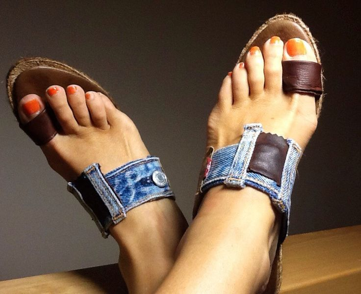 This beautiful sandal is made with parts of an original LEVIs pants. Their number is a 39 EU and 9 cm height. It has light brown leather applications.