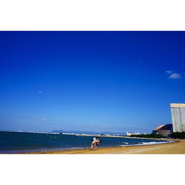 【shintaro_sakata】さんのInstagramをピンしています。 《海も空も人も僕のカメラの腕が悪過ぎてこの素晴らしさを伝えられないのが残念だけど載せないよりは良いかなと。 #sea #sky #blue #beach #airplane #meinohama #fukuoka #kyushu #japan #biển #trời #xanh #baibien #đẹp #nhậtbản #nhatban #海 #空 #ビーチ #青 #飛行機 #姪浜 #福岡 #九州 #日本》
