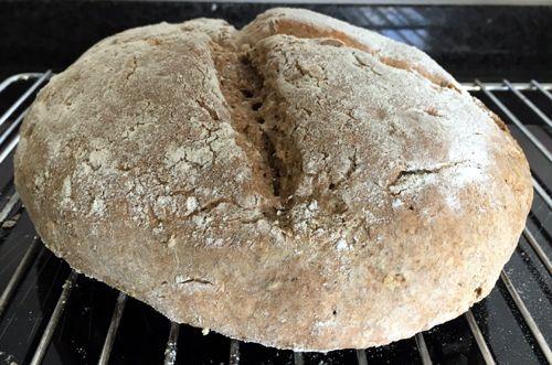 Variant op Iers #sodabrood. Binnen een uur op tafel: #rogge-soda brood. Gemaakt zonder gist, maar met baking soda; luchtig brood dat in no-time gemaakt is. Dit gezonde brood is heerlijk als ontbijt of lunch, helemaal warm uit de oven.