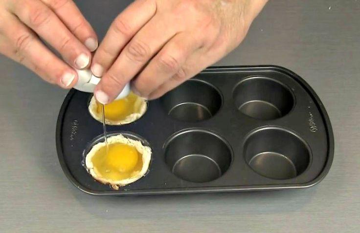 DÉLICIEUX ET FACILE ! Avec ce petit déjeuner facile à préparer, qui ne nécessite que des œufs, du pain et un moule à muffins, vous vous régalerez assurément. Voici la recette, et la technique de préparation: Graissez généreusement un moule à muffins avec du beurre ou de la margarine. Prenez un rouleau à pâte et...