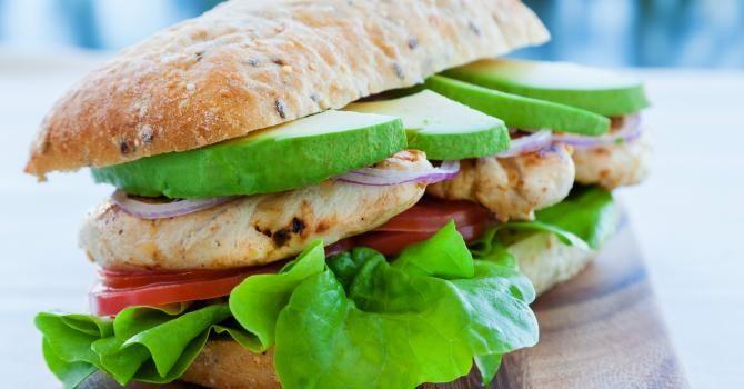 Recette de Panini minceur au poulet, à l'avocat et à l'oignon rouge. Facile et rapide à réaliser, goûteuse et diététique.