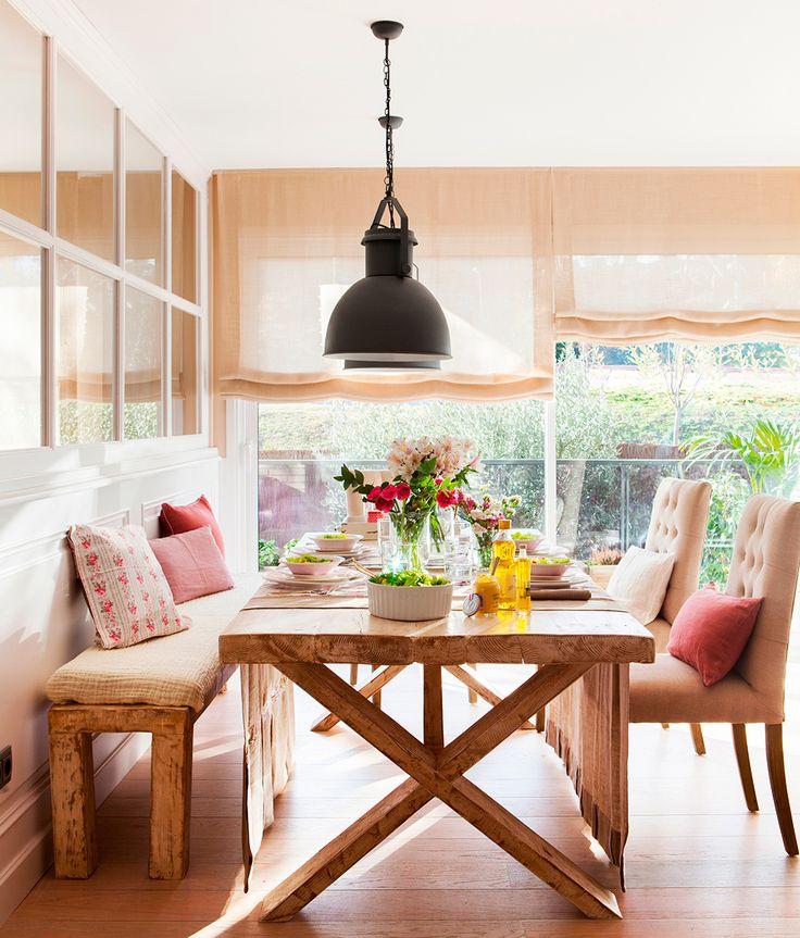 Comedor con mesa y banco de madera, y sillas tapizadas con respaldo capitoné
