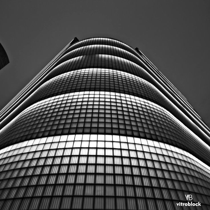 Arquitectura VITROBLOCK  Cientos de ladrillos de vidrio conforman un lujoso edificio, iluminado y cálido de día. Moderno y fino de noche. .  www.vitroblock.com.ar .... ... .. . #Vitroblock #arquitectura #ladrillosdevidrio #LuzNatural #diaynoche #dia #noche #Edificio #estructura