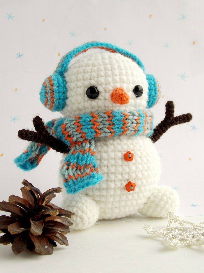 Here's a free snowman amigurumi pattern, with earmuffs! Too cute. Get the free pattern from Amigurumi Today.