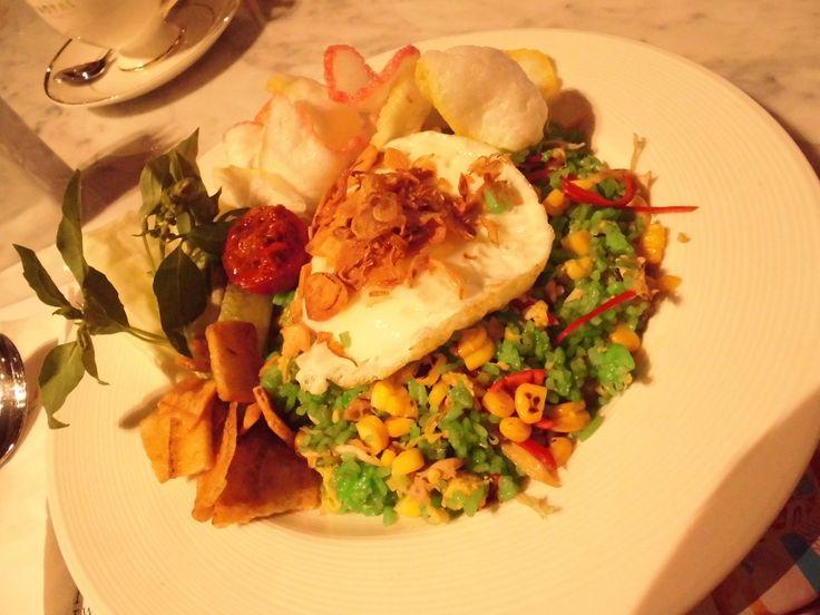 Nasi Goreng Ijo Jagung #friedrice #green #spinach #corn #egg #pickles #food #indonesian #chilli #crackers