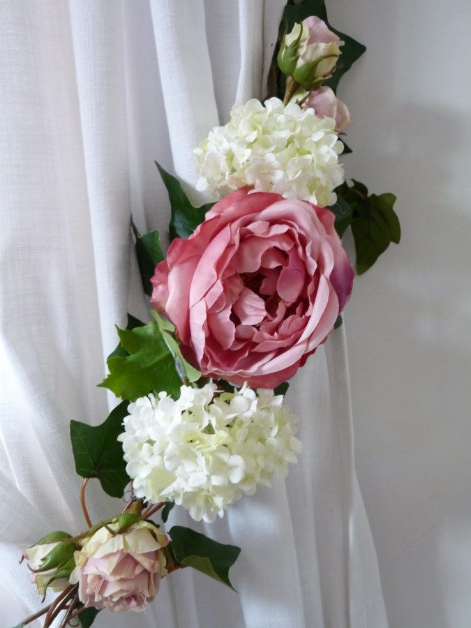 """Embrasse rideau Florale Rose et viorne Créées, fabriquées et assemblées dans notre atelier, ces magnifiques embrasses viendront finaliser vos décors de fenêtres.  Sublime grande embrasse avec une base de lierre double, un mélange de viorne """"boule de neige"""", rose anglaise, encadrées de boutons de petites roses ...  Embrasse très haut de gamme.  S'adapte sur rideaux, voilages et double-rideaux. sur www.lemondederose.com"""