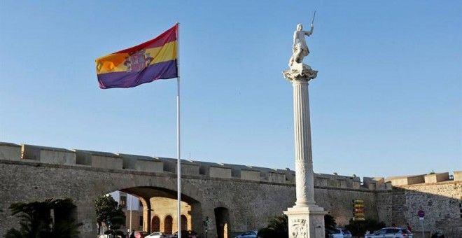 La bandera republicana izada en la plaza de la Constitución de Cádiz con motivo de unas jornadas de memoria histórica. EFE/Román Ríos