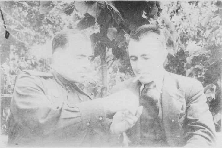 Встреча родных братьев, Афанасия и Федора Лапшовых, во время боев на Курской дуге. Избищево, Сухинический район, Смоленская область, 1943.