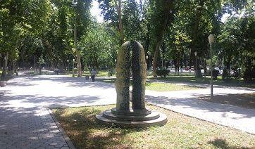 Международный сад керамики радует туристов самобытным искусством скульпторов-архитекторов из разных стран. Экспериментальный парк органично вписался в местный ландшафт, в интерьер города, растворился в нем, придал особый шарм тенистому скверу. Безымянные скульптуры парка будоражат воображение, вызывают мысли о вечном, прекрасном, вызывают всплеск эмоций.