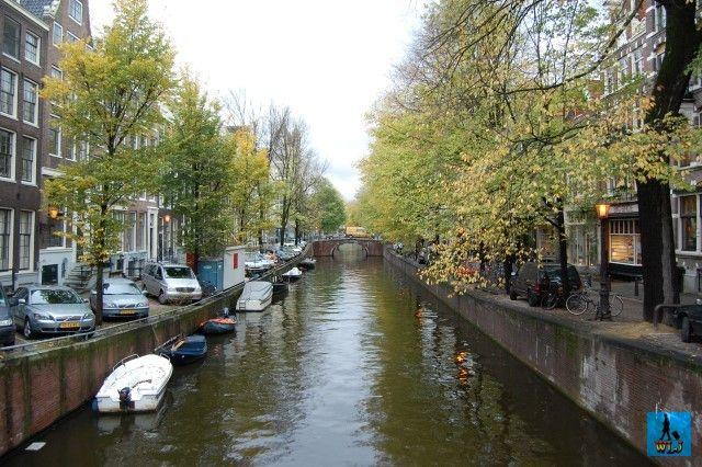 Amsterdam, capitala Olandei e denumit și Veneția Nordului  pentru frumusețea sa și pentru că are multe canale