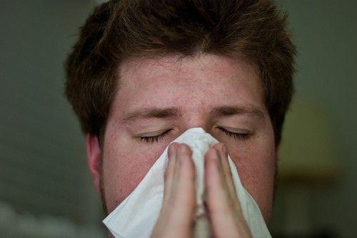 Was tun gegen laufende Nase? Hausmittel gegen laufende Nase stoppen schnell die Schleimproduktion. Hier finden Sie die besten Mittel für Kinder & Erwachsene