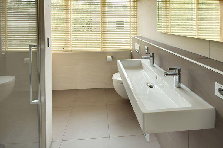 een strakke en moderne badkamer met stoomfunctie van cleopatra in de douchecabine en een op maat