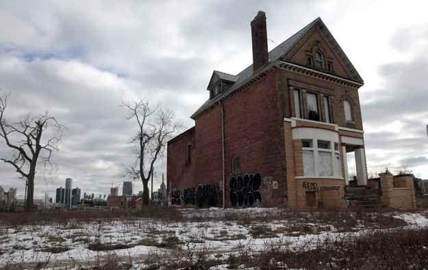 16 Eerie And Heartbreaking Photos Of Detroit's Decline