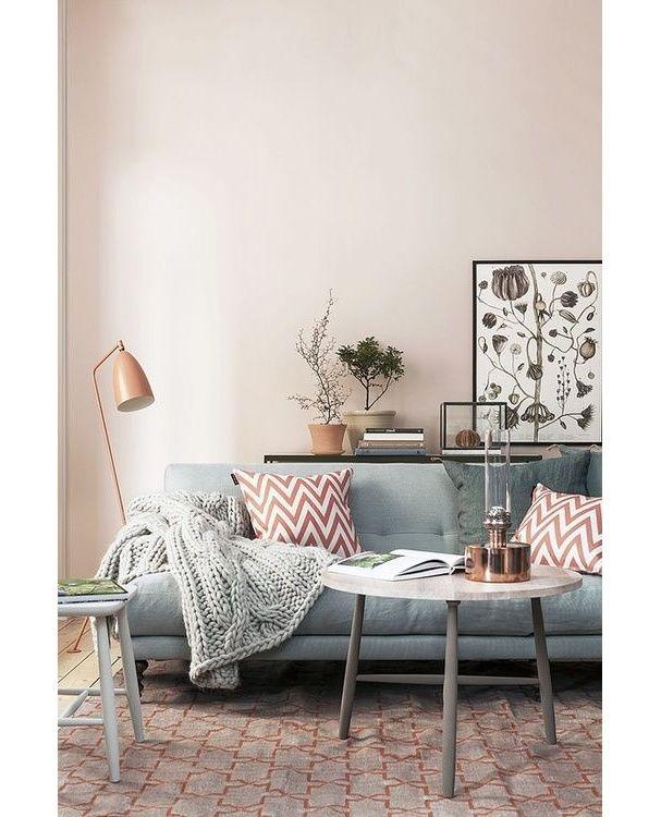 Un salon rose et gris intérieur poudré pastel