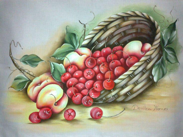 Cesta com cerejas e pêssegos