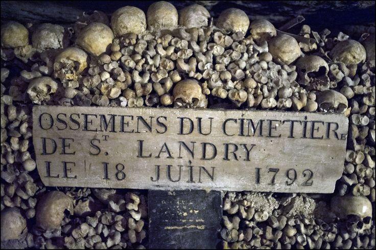 Nel 18° secolo Parigi si trovò alle prese col problema dei cimiteri sovraffollati. La peste e altre epidemie avevano decimato la popolazione della città e non c'era più posto per depositare le spoglie dei morti. Il re ordinò di spostare i resti di tutti i cimiteri di Parigi alle catacombe. Un'opera pubblica che richiese anni di lavoro. Secondo stime prudenti, le catacombe ospitano i resti di 6 milioni di morti.