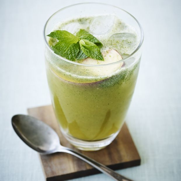 Hjemmelavet iste med fersken og mynte grøn glas