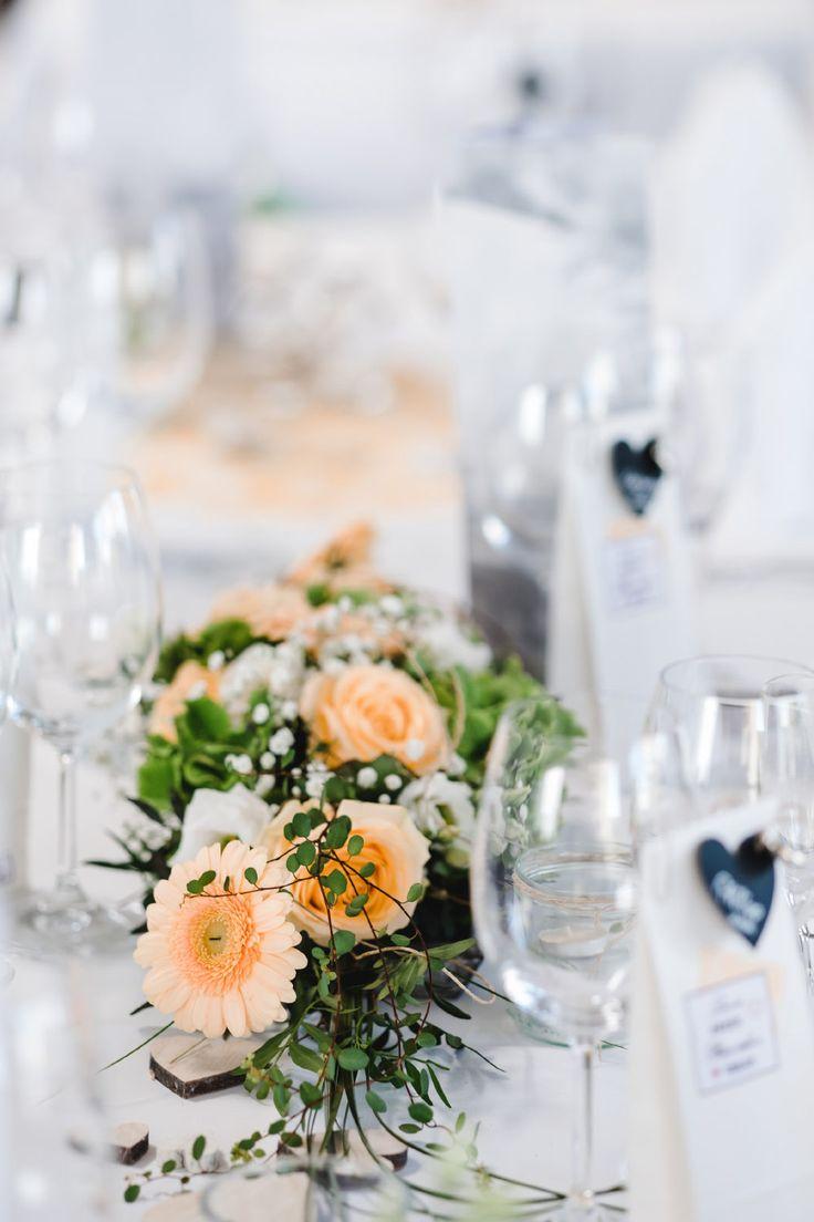 Tischdeko in Orange mit Gerbera und Rosen.  Foto: Stephan Presser Photography
