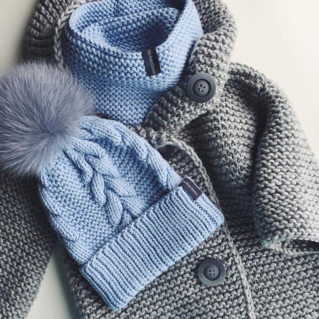 WEBSTA @ dasharichardson.knits - Люблю то что делаю, всей душой☺️❤️Девочки, для заказа пишите, пожалуйста, в whatsapp или direct на фото: серое пальто с капюшоном (размеры 2-3, 3-4, 4-5) 5000₽голубой комплект шапка/снуд с меховым помпоном 5000₽