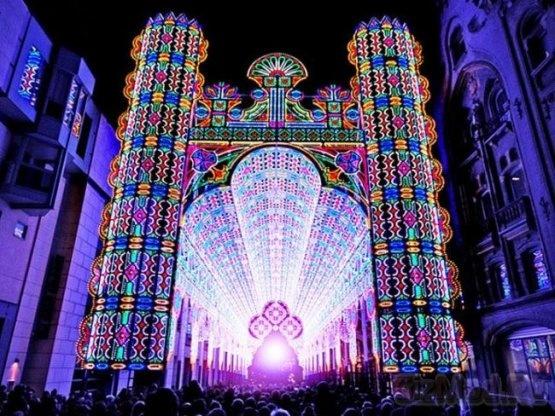 Светодиодный собор в Бельгии  На фестивале света в Бельгийском городе Генте состоялось фантастическое световое представление, которое внесло вклад в современное искусство. На фестивале 2012 года публике были представлены 30 мест, в том числе зданий, на освещение которых ушло огромное количество светодиодов. Дома и улицы были не просто увешаны лампочками, а светились разноцветными узорами, что привело зрителей в неописуемый восторг.