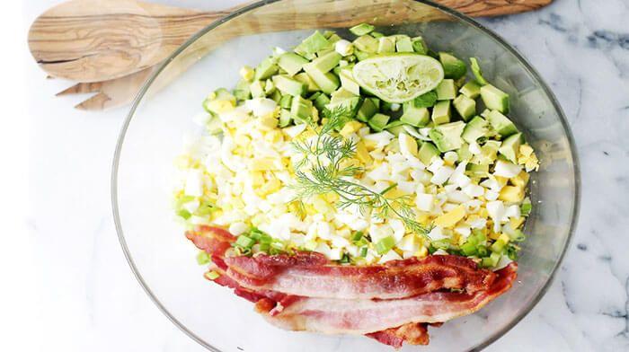 Салат с авокадо, беконом и яйцом