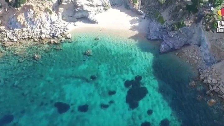 Η παραλία της Αττικής με τα 99 σκαλοπάτια που σε ταξιδεύει σε ελληνικό νησί - ΒΙΝΤΕΟ