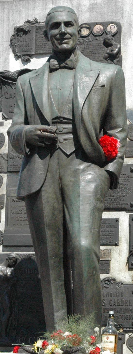 CARLOS  GARDEL  CEMENTERIO  DE LA  CHACARITA BUENOS  AIRES. Hablar del tango es volver una y otra vez los pasos al mejor intérprete de los mismos, Carlos Gardel.