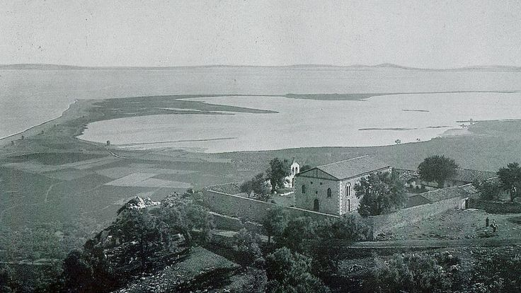 Το μοναστήρι της Φανερωμένης και η Γύρα με τους Μύλους. (Φωτογραφία του 1905).