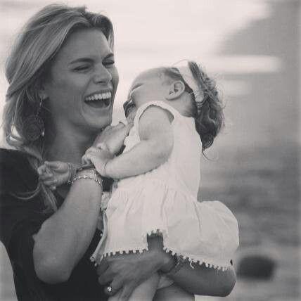 Nicolette van Dam en haar dochtertje. Moeder/dochter liefde. Mooi plaatje.