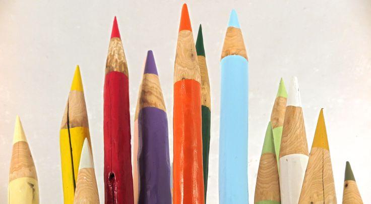 Matite colorate in legno, realizzate a mano e alte fino a 3 metri, sono ora esposte in un vigneto e raccolte in una botte.