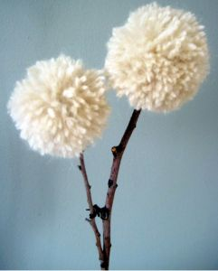 Branches and pompoms to decorate. - Ramas y pompones para decorar.