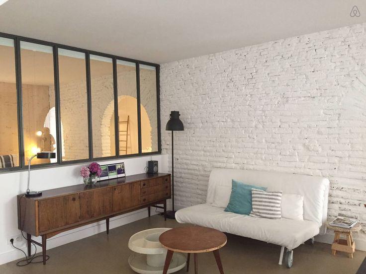 Notre s jour sol b ton cir briques peintes et - Mur beton cire salon ...
