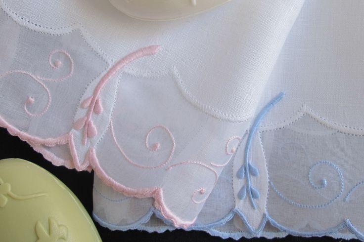 Toalhas em linho e organdy bordadas a ponto francês e ponto corda.