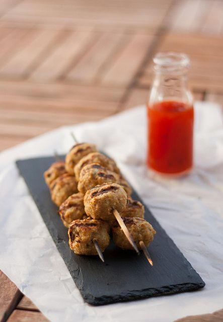Små søde grillede kyllingedeller på spyd