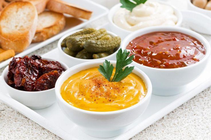 Laten we eerlijk zijn, zelfgemaakt is altijd het lekkerste. Ook bij sausjes! En het handige is, je kunt ze bij veel dingen combineren en invriezen als je teveel gemaakt hebt. 1.Aioli saus Serveer het bij salades, koud vlees, vis, pastasalades of op brood! 2.Knoflooksaus Laten we eerlijk zijn, als je er niet van zou gaan …
