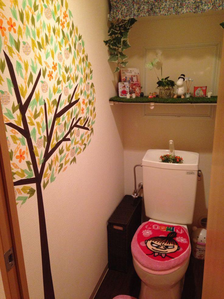 ムーミングッズを使ったかわいらしいトイレ。壁の木のイラストが、ムーミンの世界観とマッチしています。