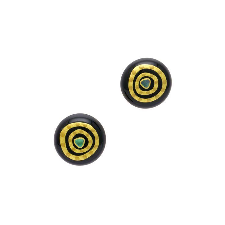 身につける漆 蒔絵のアクセサリー イヤリング 金の迷宮 黒色 坂本これくしょんの艶やかで美しくとても軽い「和木に漆塗りのアクセサリー」より、艶やかな漆黒の黒に奥深くへと誘いこまれるようなデザインの蒔絵が印象的 Wearable URUSHI Accessories earrings Labyrinth blackcolor 漆ならではのベーシックな色 漆黒の黒。奥深くへと誘いこまれるデザインの蒔絵が印象的なイヤリング「金の迷宮」職人の技が光る魅力の一品 和木に漆塗りのイヤリングはとても軽く耳に負担がかかりにくく痛くなりにくく、かぶれ防止コートで安心です。ショップチャンネル 2015年1月号プレジデントクラブ通信内でご紹介  #漆アクセサリー #漆のアクセサリー #漆ジュエリー #軽いアクセサリー #漆のイヤリング #黒色イヤリング #迷宮 #丸いイヤリング #渦のような蒔絵 #漆黒イヤリング #伝統工芸の粋 #earrings #Labyrinth #wearable #ウェアラブル漆 #漆塗り #軽さを実感 #坂本これくしょん