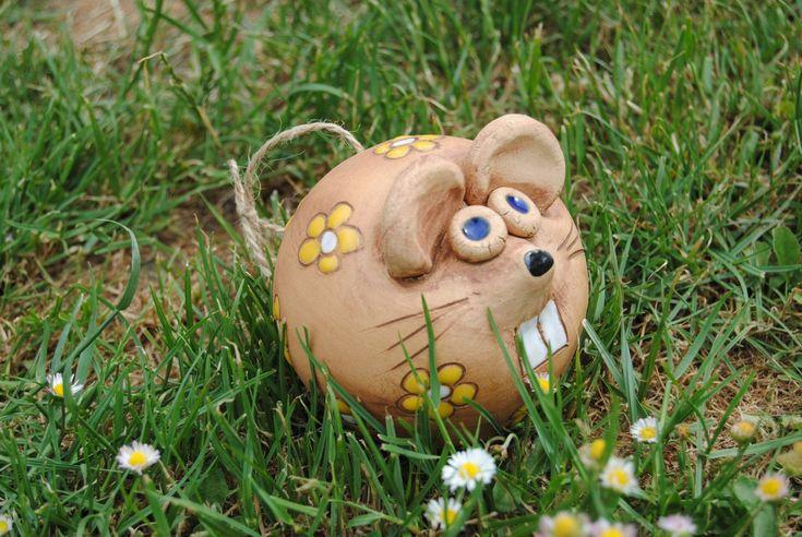 myš zahradní Keramická myš s kytičkama nejen do zahrady (menší) Zase ti hlodavci!!!! Kytičky je možné udělat i v jiné barvě.