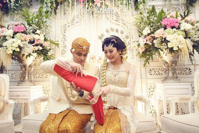 Photo & Video : Le' Motion   Venue : Hotel Mulia Jakarta   Make Up : Sanggar Liza   Kebaya : Ferry Sunarto   Decoration : Meriah (recepti...