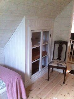 Inbyggt skåp under snedtak. Perfekt för loftet. Bra sätt att återanvända gamla fönster.