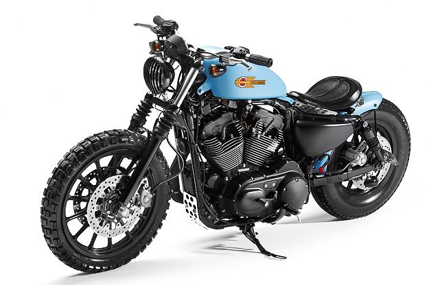 Harley-Davidson Sportster XL1200R 2006 customizada pela equipe da inglesa Shaw Speed Custom. Essa moto, já customizada, saiu por £8,500