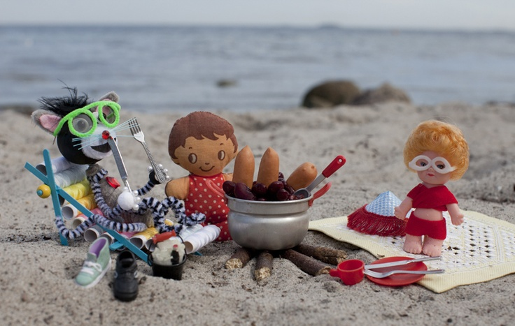 Storm meets a new friend on the beach and his mum cooks sausages for them...