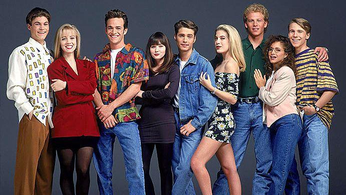 Мода 90-х годов 90-е годы могут ассоциироваться как с плохими, так и с хорошими вещами и событиями. Одной из отличительных черт этого времени является мода. Что отличает моду последнего десятилетия двадцатого века? Мода 90-х имеет следующие характерные черты: Джинсовая одежда…