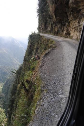 """El """"Camino de la Muerte"""" se inicia en lo más alto del camino que une La Paz con Coroico (Nor Yungas), a 4500 msnm., en """"La Cumbre"""". Fue abie..."""