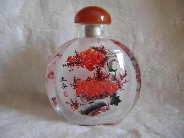 This snuff bottle is about plum blossoms. Customization is available.
